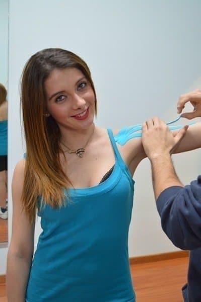 Applicazione,kinesio,taping,spalla,incollare,premere,dolore,tendinite