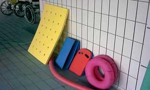 idrokinesiterapia sulla vasca o piscina calda a 35 gradi, ausili per il rinforzo muscolare, fisioterapia e riabilitazione
