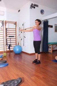 Ginnastica posturale con bastone, esercizi per collo, spalle, dorso, schiena, bacino, ginocchia, rinforzo, stretching, postura, dolore, lombalgia, cervicalgia, rachialgia, scoliosi, correttiva, deformità rachide, fisioterapia e riabilitazione, fitball, palestra