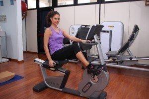 cyclette, riabilitazione post intervento e per recuperare il movimento dell'arto inferiore, caviglia, ginocchio, anca, rinforzo muscolare, flessione, attività aerobica, sport, atleti, infiammazione, rieducazione, fisioterapia