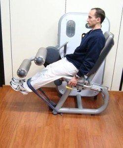 esercizio in palestra, leg extension, coscia, rinforzo, recupero, infiammazione, sintomi, male, terapia, cura, correre, osteopatia, fisioterapia e riabilitazione, sport, peso, calcio, tacchi, appoggio, passo, cammino, stampelle, post-intervento