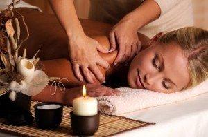 Massoterapia cervicale e spalle, ambiente tranquillo, sereno, riscaldato, candelina