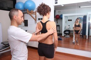 test livello scapole e spalle, dolore, infiammazione, male, movimento, flessione, artrosi, intervento, vertebre, medio gluteo, muscolo, osteopatia, fisioterapia e riabilitazione, lussazione, pallavolo, nuoto