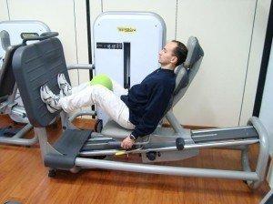 esercizio in palestra, leg press, arto inferiore, rinforzo, recupero, infiammazione, sinotmi, male, terapia, cura, correre, osteopatia, fisioterapia e riabilitazione, sport, peso, calcio, tacchi, appoggio, passo, cammino, stampelle