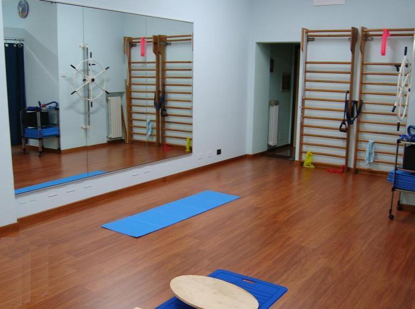 Grande palestrina di riabilitazione, esercizi, ginnastica, lombare, cervicale, dorsale, sportivi, cefalea, comoda, rigida, confortevole, bella, fisioterapia e riabilitazione, osteopatia, funzionale, arti inferiori, arti superiori, spalle, gambe, cosce, rinforzo muscolare, recupero post-intervento, movimento