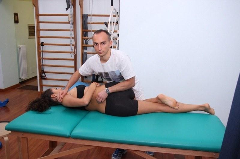 manipolazione alla schiena, vertebre, limitazione funzionale, infiammazione, dolore, sintomi, male, fisioterapia e riabilitazione, edema, gonfiore, blocco, rachialgia, lombalgia, lombosciatalgia, lombocruralgia, crick crack, sabbia nelle articolazioni