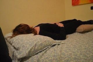 Postura corretta per il mal di schiena terapia rimedi e prevenzione - Mal di schiena a letto cause ...