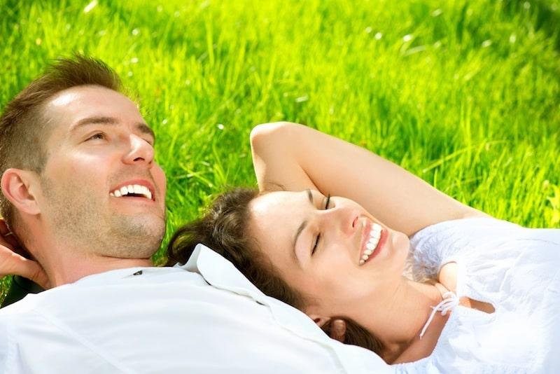 Giovane coppia,sorridente,prato