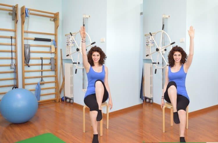 esercizio con braccia e gambe,alzare,seduto
