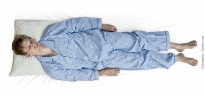 Dormire supino,braccia lungo i fianchi,pancia in sù