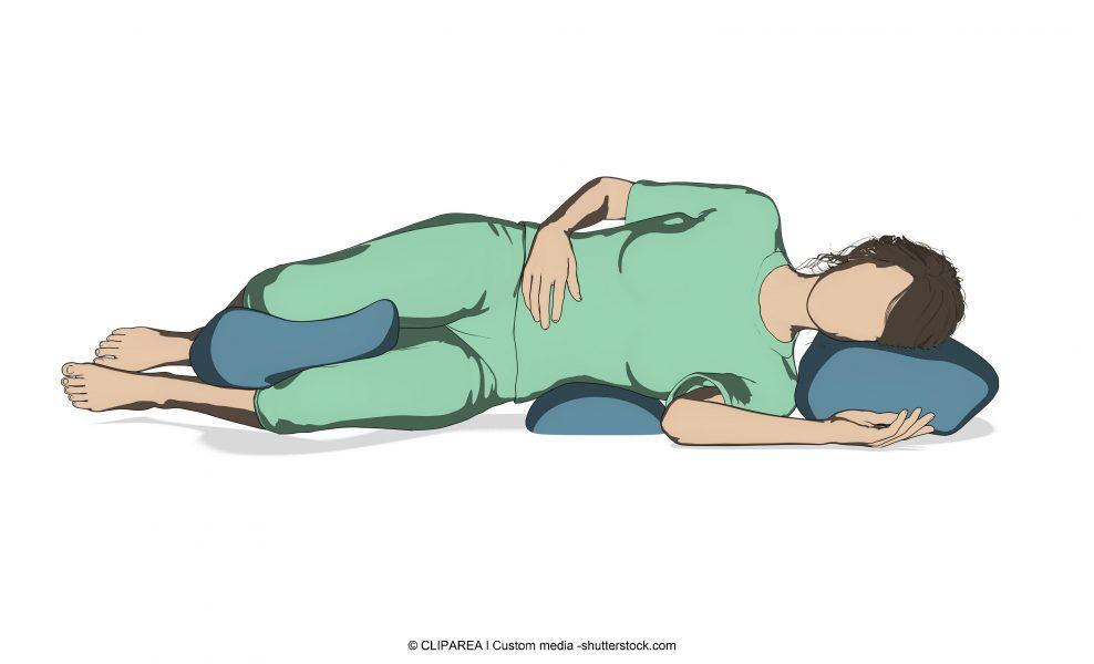postura a letto, cuscino tra le ginocchia