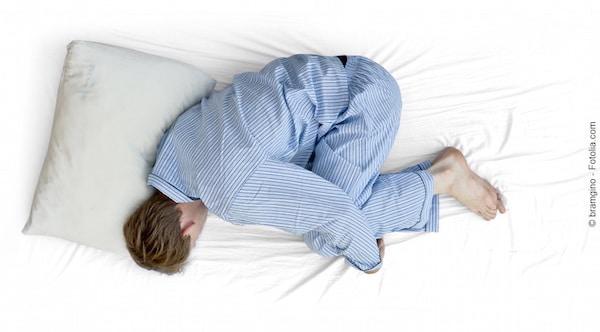 posizione corretta per dormire bene anche in gravidanza con la sciatica o la tosse. Black Bedroom Furniture Sets. Home Design Ideas