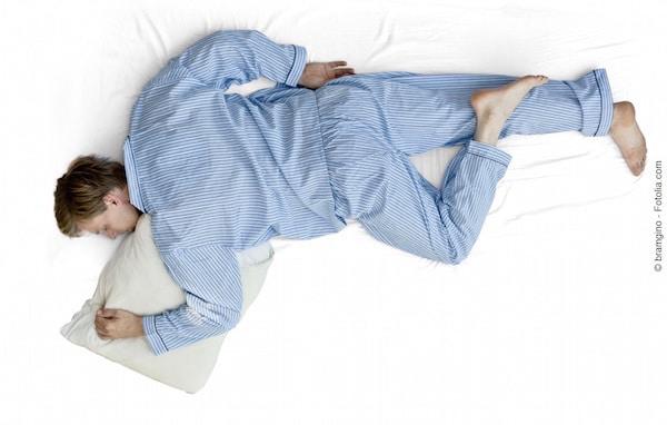 Dormire sul fianco,ginocchio piegato