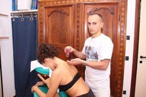 Spargere l'olio per massaggi sul collo e spalle prima di fare la massoterapia, olii essenziali, made in italy, riscaldante, decontratturante