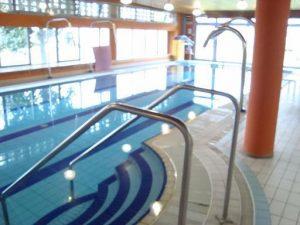 idrokinesiterapia sulla vasca o piscina calda a 35 gradi, gonfiore, post intervento, recupero, sciogliere contratture muscolari, infiammazione, edema, dolore, male, gambe, pesantezza, drenaggio, piscina, vasca, circolazione venosa e linfatica