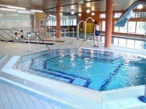 idrokinesiterapia nella piscina calda termale con idromassaggio per rilassare i muscoli, gonfiore, infiammazione, edema, dolore, male, gambe, pesantezza, drenaggio, piscina, vasca