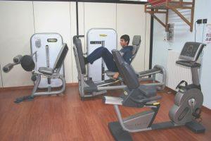 esercizio di rinforzo muscolare, leg press, ginocchio, muscoli, quadricipite, bicipite femorale, flessori, polpacci, glutei, sportivi, calciatori, atleti, pallavolo, basket, tennis, ciclismo